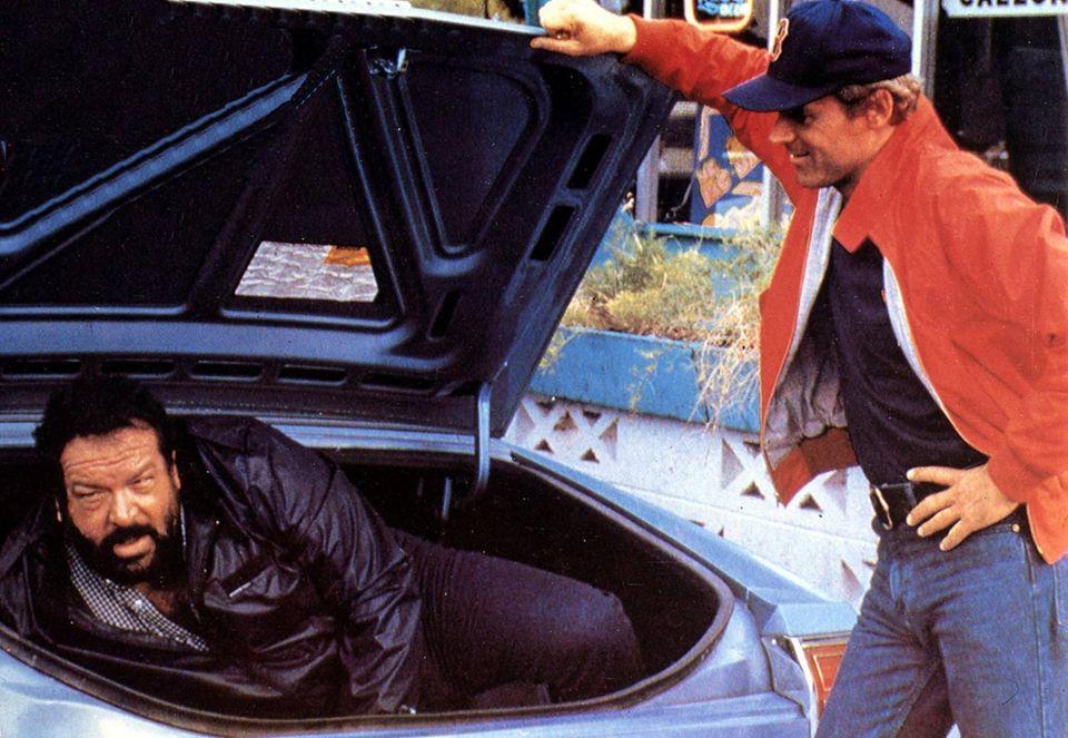 """1982  In """"Zwei bärenstarke Typen"""" spielen Bud Spencer und Terrence Hill zwei Herumtreiber, die auf der Flucht vor der Polizei für Agenten gehalten werden."""