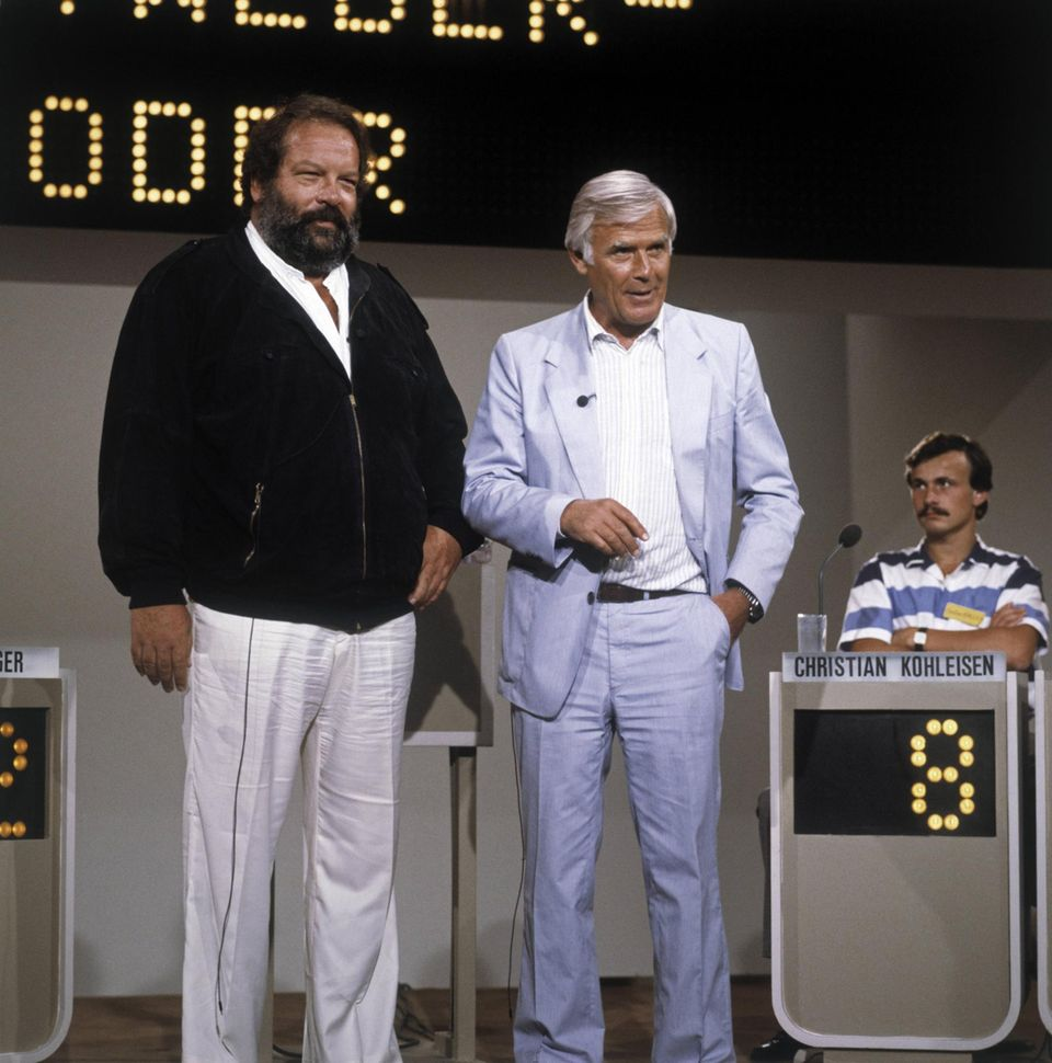 """1980er  In der Show """"Auf los geht's los"""" empfängt Moderator Joachim """"Blacky"""" Fuchsberger seinen Stargast Bud Spencer."""
