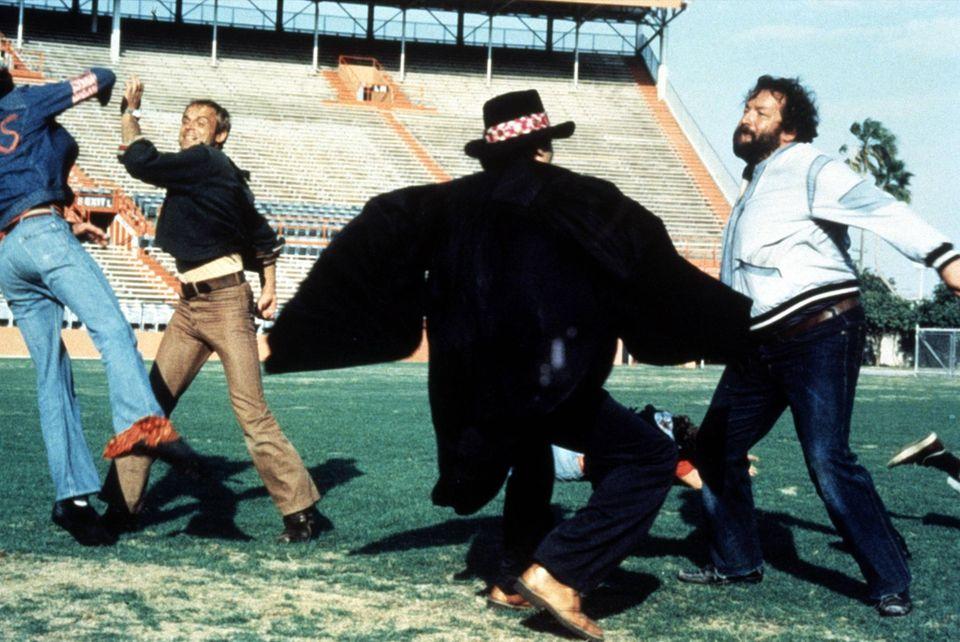 """April 1976  Ihr Prügelszenen sich berühmt und sie lassen gerne die Fäuste fliegen: Terrence Hill und Bud Spencer in """"Zwei außer Rand und Band""""."""