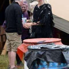 Mit ihren derben Gummistiefeln stapft Poppy Delevingne durch den Matsch in Glastonbury. Dazu trägt sie ein fransiges Oberteil, schwarzen Nagellack und die obligatorische Sonnenbrille.