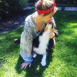 Hilary Duff bekommt von ihrem Hund zum Unabhängigkeitstag ein Küsschen.