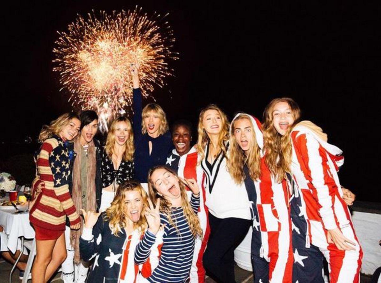Taylor Swift feiert am liebsten mit ihrer Clique. Dazu gehören Ruby Rose, Uzo Aduba, Blake Lively, Cara Delevingne und Gigi Hadid.