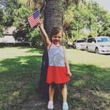 Busy Philipps Tochter schwenkt die USA-Flagge.