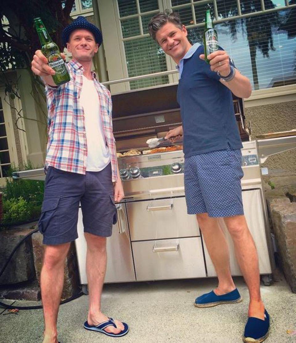 Neil Patrick Harris und David Burtka haben den Grill angeschmissen und gönnen sich ein Bier.