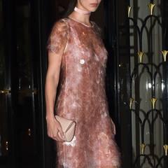 Model Bella Hadid glänzt im rosigen Paillettenkleid auf der Vogue Party.