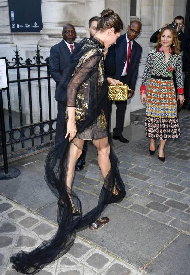 Was sich allerdings beim Gehen als elegant-glamouröse Stolperfalle herausstellt.