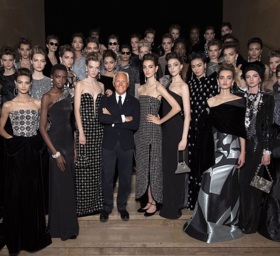 Der Maestro Giorgio Armani umgibt sich stolz mit seinen Models.