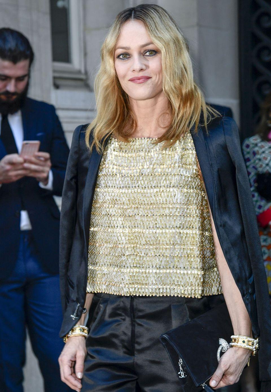 Sie geht im Chanel-Look zur Party: Vanessa Paradis trägt zur schwarzen Satinhose ein kastiges goldenes Oberteil.