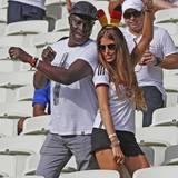 Da scheinen sich zwei sehr gut zu verstehen. Prince Boateng, Vater von Abwehr-Chef Jerome, und Cathy Hummels mit kleiner Tanzeinlage im Fußballstadion.