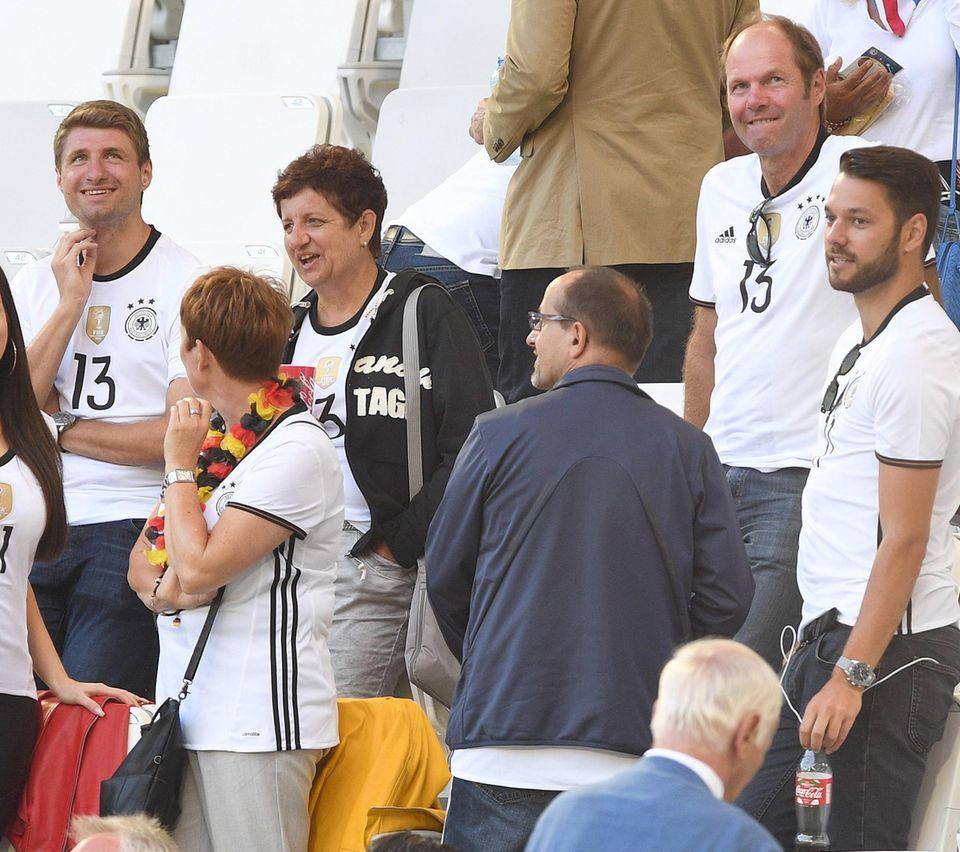 Thomas Müller kann auf seine Familie zählen. Bruder Simon (oben links), Mutter Klaudia (Mitte) und Vater Gerhard (oben rechts) fiebern fleißig mit.