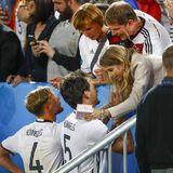 Nach dem nervenaufreibenden Sieg gegen Italien holt sich Benedikt Höwedes die wohlverdienten Glückwünsche bei seinen Eltern ab. Auch Mats Hummels hat sich ein Küsschen von Ehefrau Cathy verdient.