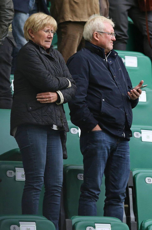Die Eltern von André Schürrle schauen ihrem Sohn skeptisch von der Tribüne aus zu. Die Kälte in der Wolfburger Volkswagen Arena hilft da nicht gerade.