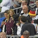 Jürgen Götze, Vater von Mario Götze, und Cathy Hummels mit bester Laune, im Stade de France in Paris.