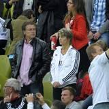 Während der Euro 2012 verfolgen Tonis Eltern, Roland und Birgit Kroos, das Geschehen auf dem Rasen.