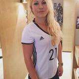 Vollste Unterstützung: Stolz trägt Debora Kimmich das DFB-Trikot ihres Bruders Joshua Kimmich.