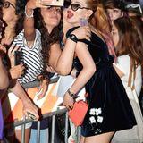 Bella Thorne macht mit ihren Fans Selfies.
