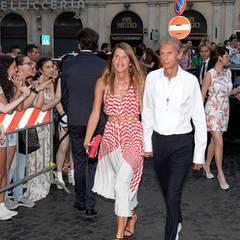 Anna Dello Russo kommt in männlicher Begleitung zur Show.