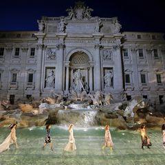 Was für eine Kulisse! Der mit Plexiglas überdeckte Trevi-Brunnen ist der perfekte Catwalk für die Fashion-Show zum 90. Jubiläum des Modehauses Fendi.
