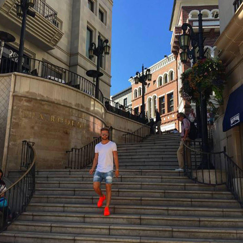 Grüße aus Los Angeles schickt Shkodran Mustafi an seine Fans mit diesem Foto. Auffällig dabei sind seine Neon Sneakers.