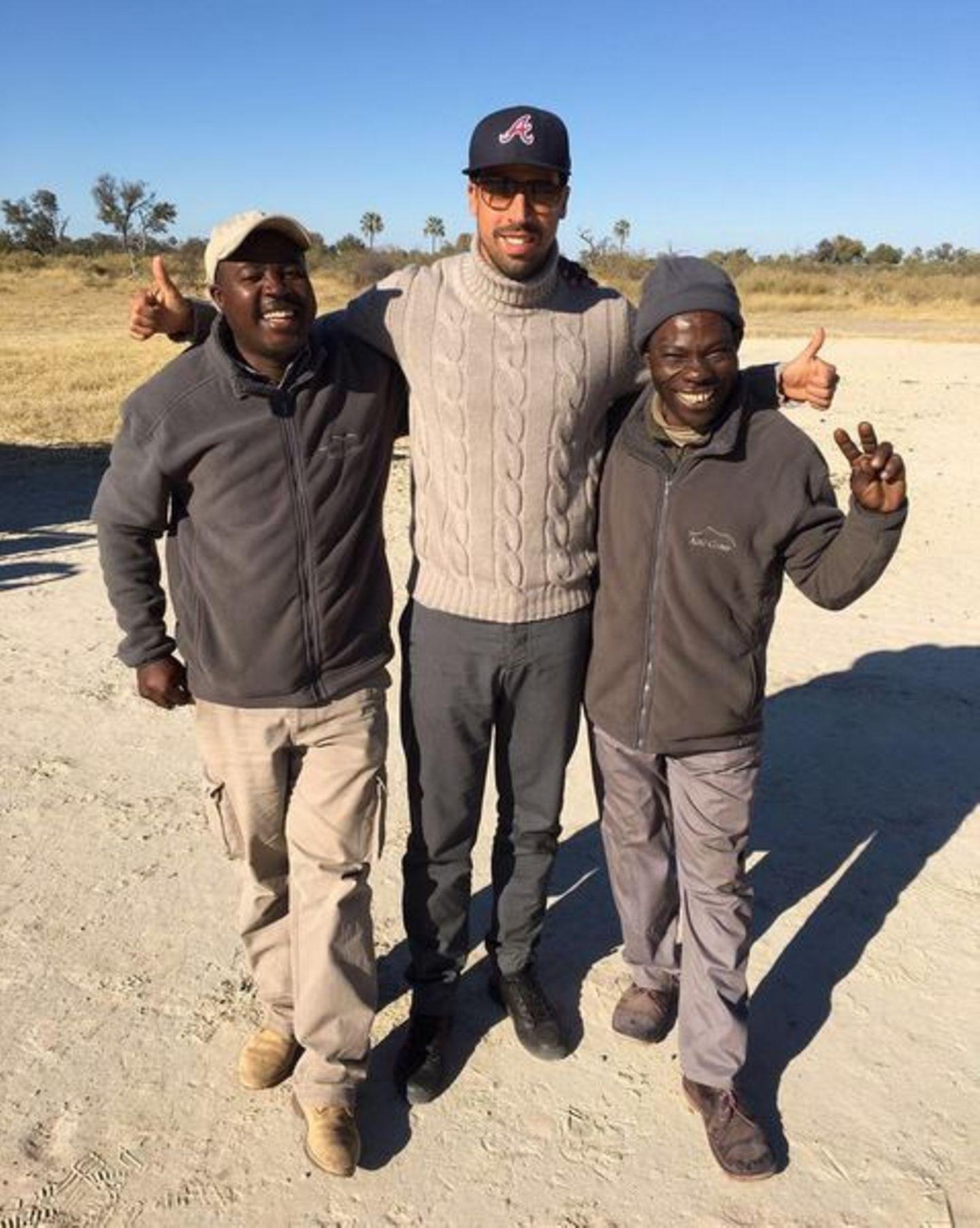 Sami Khedira posiert hier mit zwei Mitarbeitern des Abu-Camps. Der deutsche Nationalspieler verabschiedet sich von seinem tollen Urlaub in Süd Afrika und Botswana.