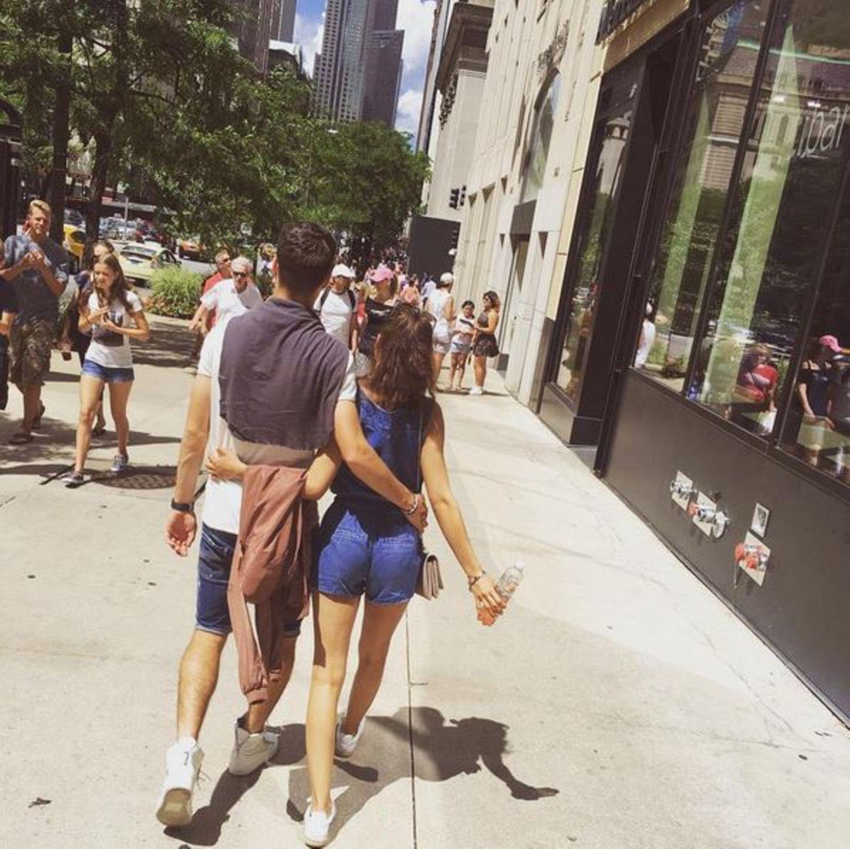 Julian Weigl ist mit seiner Freundin in Chicago unterwegs. Als ganz normales Paar schlendern sie durch die Straßen und sind einfach nur Touristen.