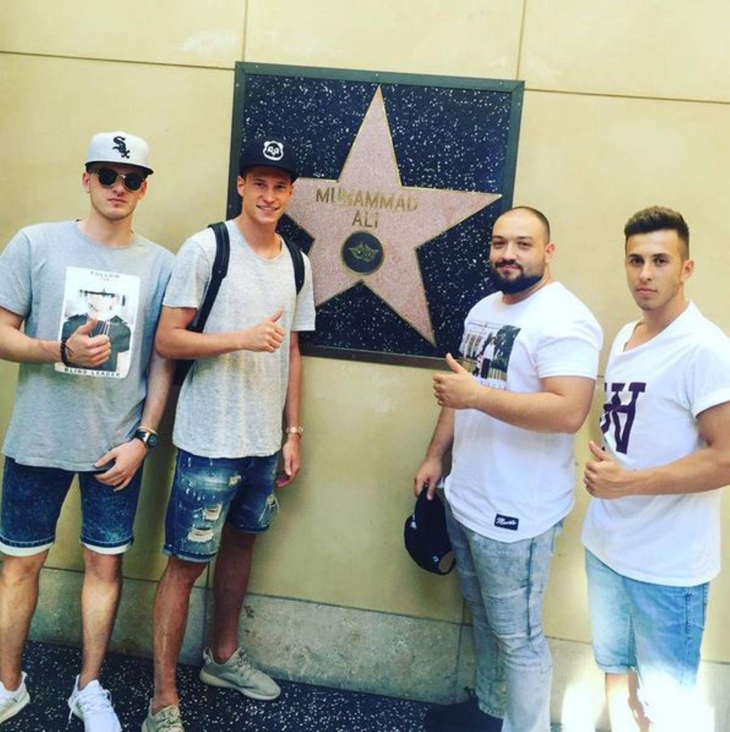 Mit seinen Kumpels posiert Julian Draxler vor dem Stern von Boxlegende Muhammad Ali in Los Angeles.