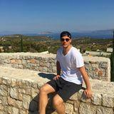 Hinter ihm eine traumhafte Kullisse, so entspannt sich unsere Nummer Eins, Manuel Neuer in Griechenland.
