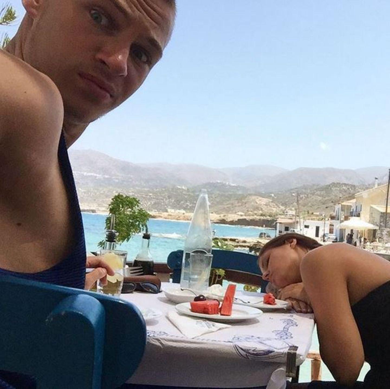 Joshua Kimmich und Freundin Lina Meyer sind gerade in Griechenland. Nach einen opulenten Mahl fällt Lina beim letzten Bissen Wassermelone in einen Komaschlaf.