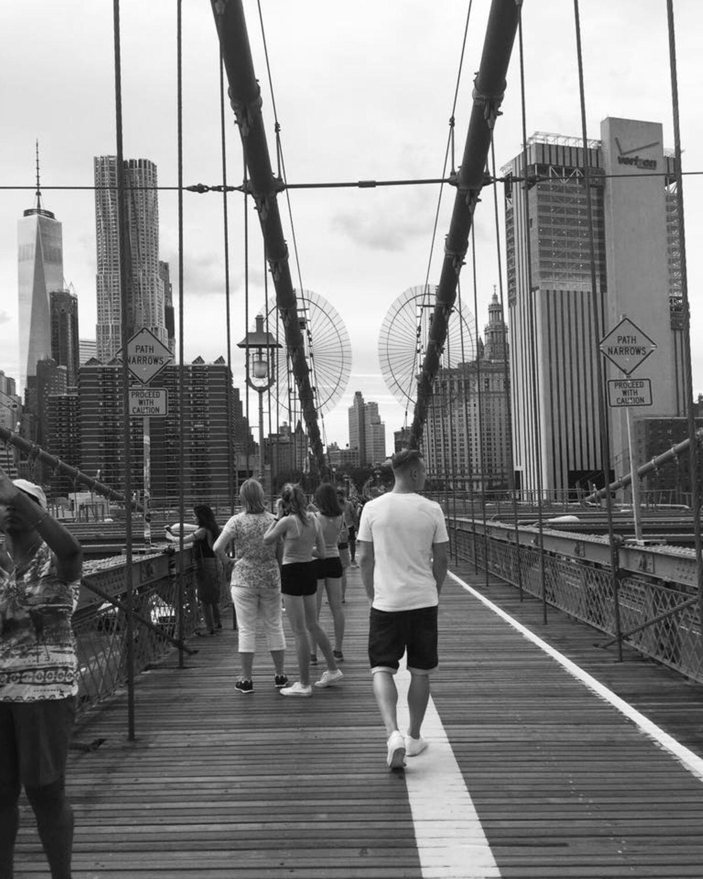 Marc-André ter Stegen bevorzugt offenbar lieber Städtereisen und entdeckt zu Fuß New York. Hier befindet er sich auf der Brooklynbridge.