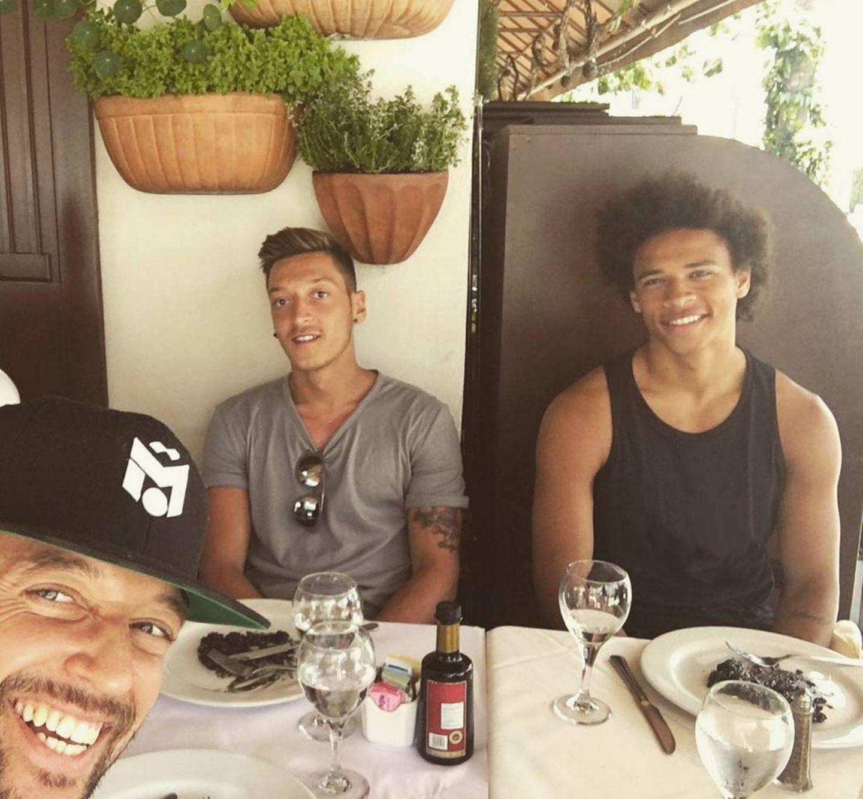Buddys-Urlaub: Mesut Özil und Leroy Sané verbringen mit Freunden einige entspannte Tage in Los Angeles, bevor das ernste Fußballerleben bald wieder losgeht.
