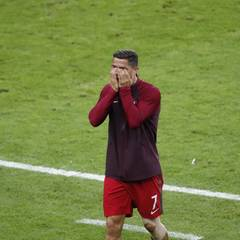 Cristiano Ronaldo kann seinem Team nur noch von der Seite aus zuschauen. So richtig akzeptieren kann er das nicht. Voller Tränen hält er sich beide Hände am Spielfeldrand vor das Gesicht.