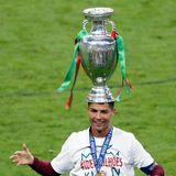 Happy End! Aufatmen für Cristiano Ronaldo. Seine Jungs aus Portugal haben das Finale gegen Frankreich auch ohne ihn knapp in der Verlängerung 0:1 gewonnen. Voller Freude schnappt er sich den Pokal und setzt ihn sich erst mal als Hut auf. Nach so einem dramatischen Finale darf man ja auch mal albern sein.