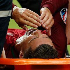 Hier bricht Cristiano Ronaldo das Herz. Mit einer Trage muss er vom Platz verletzt abtransportiert werden.
