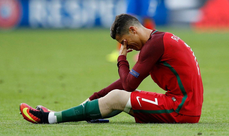 Zum Heulen! Da hat Cristiano Ronaldo es nach 12 Jahren endlich wieder in das Finale der Europameisterschaft geschafft, und dann die Schocknachricht: Nach 25 Minuten muss er verletzt vom Platz.