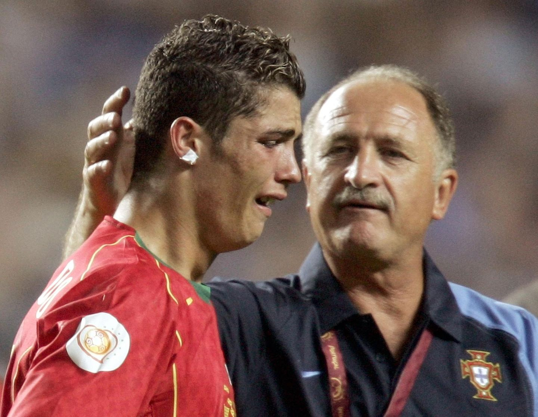 Die Europameisterschaft 2004 findet in Portugal statt. Vor heimischer Kulisse stürmen die Portugiesen bis ins Finale vor. Mit Griechenland erwartet sie dort ein vermeintlich leichter Überraschungsgegner. Doch leider reichte es nicht zum Sieg. Nach der 0:1-Niederlage muss der weinende Cristiano Ronaldo von Trainer Luiz Felipe Scolari getröstet werden.