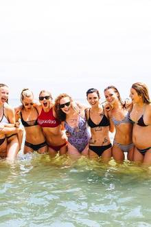 Taylor Swift hat (fast) alle ihre Freunde in ihrem Haus in Rhode Island um sich geschart, um eine dreitägige Party zu feiern.
