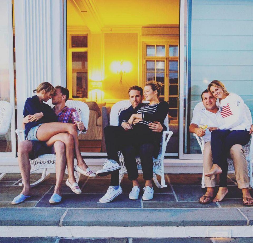 Taylor Swift sitzt auf Tom Hiddlestons Schoß. Mit geschlossenen Augen und aneinandergelehnten Köpfen wirken die beiden, als vergäßen sie die Welt um sich herum. Blake Lively und Ehemann Ryan Reynolds sowie Swifts Kindheitsfreundin Britany und deren Mann sind schon etwas länger liiert als das frischverliebte Paar.