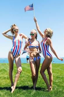 Gigi Hadid, Cara Delevingne und Taylor Swift feiern die Unabhängigkeit der USA in patriotischen Badeanzügen und Bikinis. Bei Britin Delevingne könnten natürlich auch die Farben des Union Jack gemeint sein.