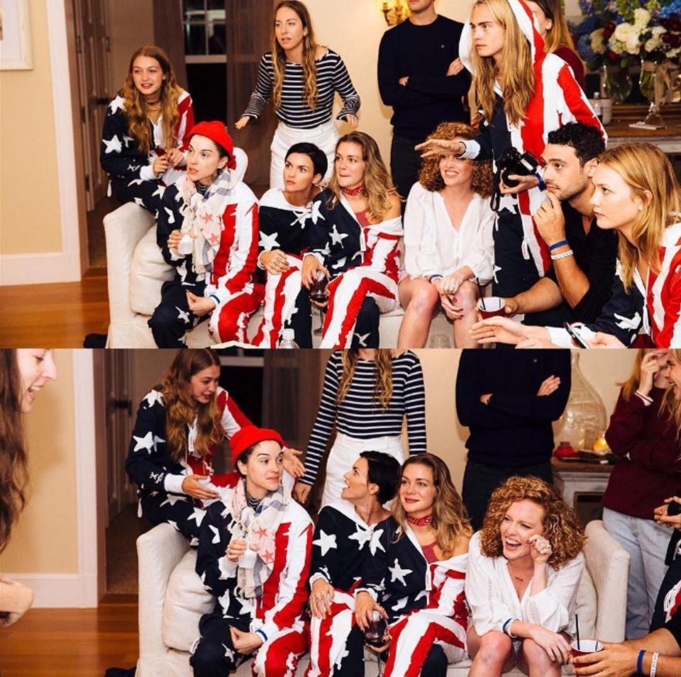 """Von Taylor gibt's für alle Gäste Kapuzenoveralls in Amerikafarben. Und zum Zeitvertreib werden Spiele gespielt. """"Es ist nicht einfach, wenn das gegnerische Team betrügt, aber wenigstens sahen wir gut dabei aus"""", schreibt Abigail Anderson zu diesem Bild. In ihrem Team waren offenbar Cara Delevingne, deren Freundin St. Vincent, Ruby Rose und Freundin Harley Gusman sowie Karlie Kloss und die Haim-Schwestern Danielle und Alana."""