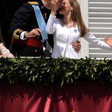 2014 zeigen sich Felipe und Letizia, frisch im Amt als König und Königin, auf dem Balkon. Und wieder gibt es Küsschen in aller Öffentlichkeit.