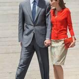 Das Königspaar kommt Hand in Hand zum offiziellen Termin, so etwas sieht man in Spanien häufig.