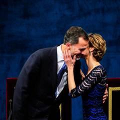 Gut gemacht! Letizia küsst ihren Mann auf der Bühne des Theater Campoamor bei der Verleihung des Prinz-von-Asturien-Preises, den er 2014 zum ersten Mal als König verliehen hatte.