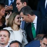 Ihren Hochzeitstag 2016 verbringen Felipe und Letizia beim Fußball - und zeigen sich verliebt wie am ersten Tag.