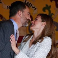 Küss mich, Prinzessin! Das Kronprinzenpaar zeigt sich 2012 verliebt bei einem Fundraiser in Madrid.