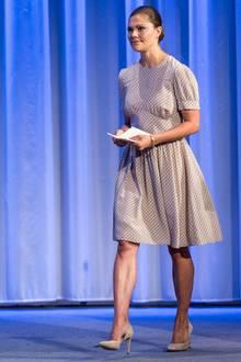 Insbesondere die muskulösen Oberarme und Unterschenkel der Prinzessin fallen sofort ins Auge. Das hübsche Sommerkleid steht der Schwedin besonders gut.