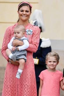 Prinzessin Victoria und Prinzessin Estelle tragen zur Taufe von Prinz Alexander Partnerlook: Die korallenroten Kleider der Prinzessinnen stechen bei bei der royalen Taufe heraus. Victoria trägt dazu eine farblich passende Schleife im Haar. Das Midi-Spitzenkleid von Victoria stammt vom Designer Elie Saab und kostet stolze 4400 Euro.