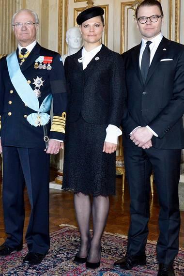 Angelehnt an Papa Carl Gustav wählt Prinzessin Victoria ebenfalls ein militärisch wirkendes Outfit. Ihren Zweiteiler aus Spitze kombiniert sie zur klassischen Bluse.
