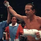 Mickey Rourke hat seine erfolgreiche Schauspielkarriere auf Eis gelegt, um sich dem Profiboxen zu widmen. In den Neunzigern hat er 8 Profikämpfe bestritten, davon 6 gewonnen und 2 mit einem Unentschieden beendet. In seiner Zeit als Boxer hat er sich eine gebrochene Nase, eine gebrochene Zehe und gebrochene Rippen zugezogen.
