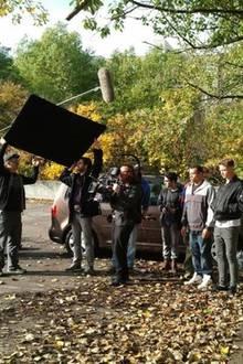 Heute steht das ehemalige Teenie-Idol lieber hinter der Kamera (hier in der Mitte zu sehen, mit der Kamera auf der Schulter). Seit 2008 arbeitet Kim Frank als Regisseur, Kameramann, Cutter und Produzent für Musikvideos.