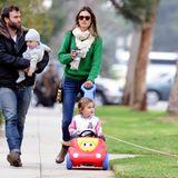 5. Februar 2013: Alessandra Ambrosio und Jamie Mazur gehen mit ihren Kleinen Anja und Noah und Familienhund durch Santa Monica.